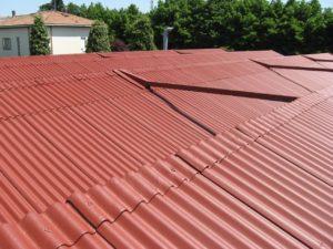 tetto rosso con camino smaltimento amianto