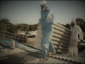 uomini con tegole smaltimento amianto