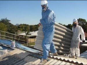 uomini in tuta con tegole smaltimento amianto