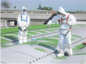 uomini al lavoro smaltimento amianto